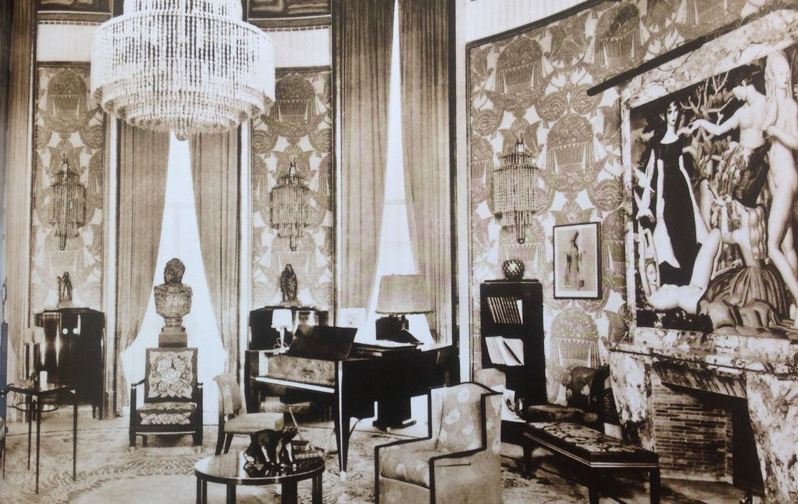 The salon of the Hotel du Collectioneur, with furniture by Émile-Jacques Ruhlmann. and painting by Jean Dupas (wikipedia.org)