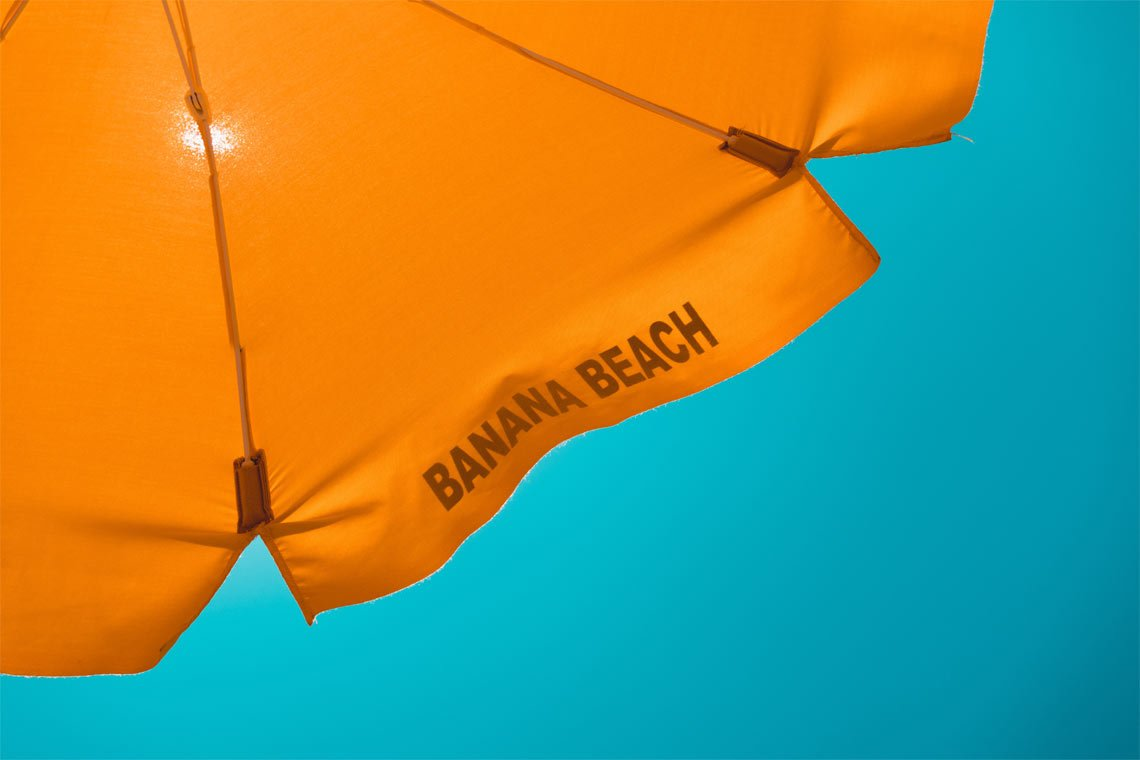 Beach parasol wallpaper by Daniel Hansen